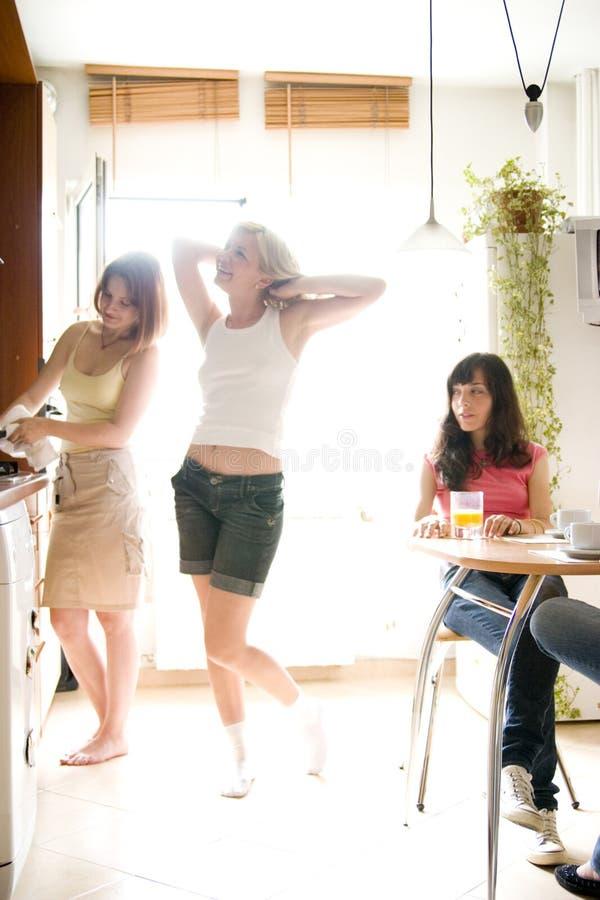 Giovani donne in cucina fotografie stock