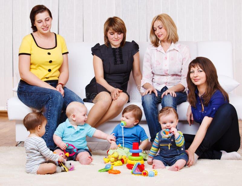 Giovani donne e bambini immagini stock