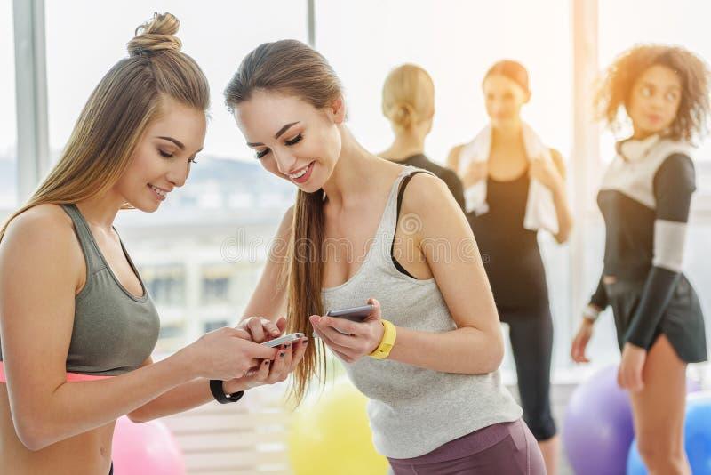 Giovani donne esili allegre in palestra fotografie stock