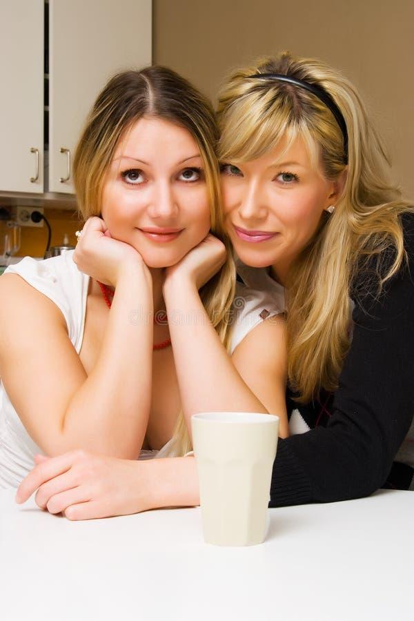 Giovani donne felici con caffè fotografie stock