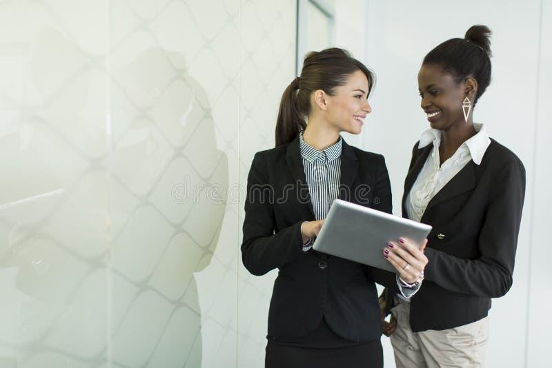 Download Giovani donne nell'ufficio fotografia stock. Immagine di etnico - 55361118