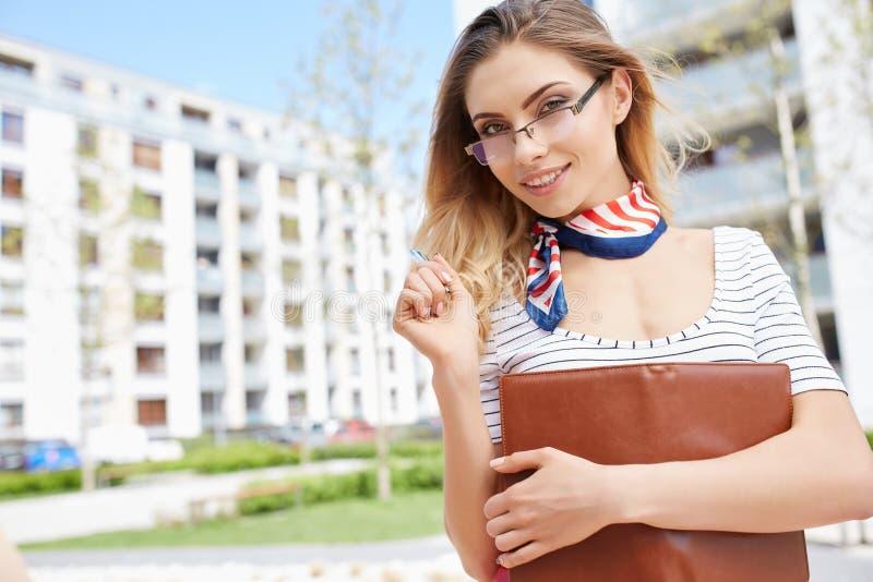 Giovani donne o studente felici sui precedenti di affari della proprietà fotografia stock