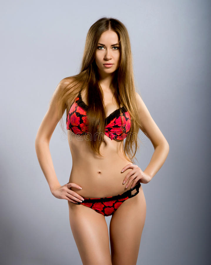 Giovani donne perfette sul costume da bagno rosso immagine stock libera da diritti