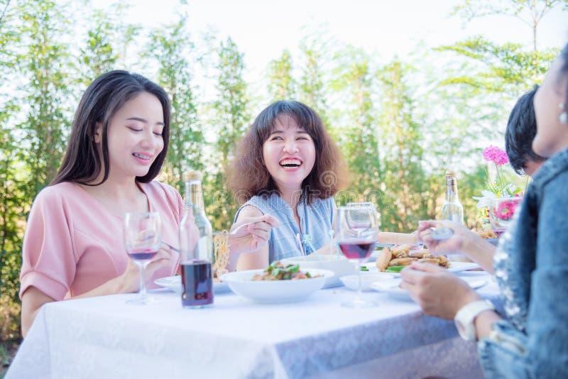 Giovani donne pranzando con il suo amico fotografie stock libere da diritti