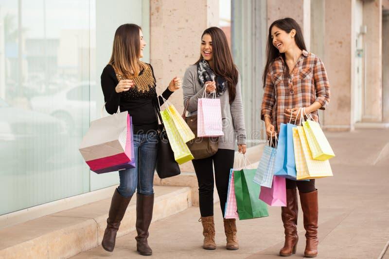 Giovani donne ricche che comperano ad un centro commerciale immagini stock