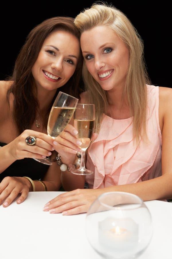 Giovani donne in ristorante immagine stock