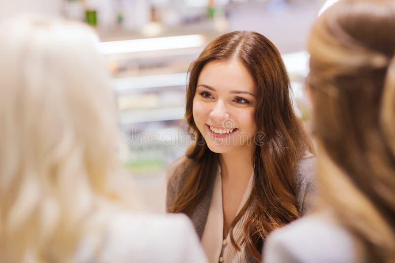 Giovani donne sorridenti che si incontrano e parlare fotografia stock libera da diritti