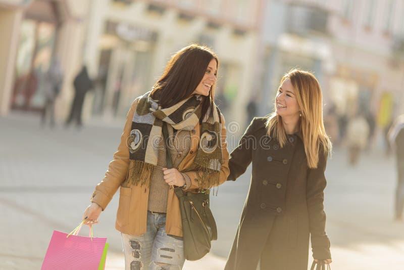 Giovani donne sulla via fotografia stock