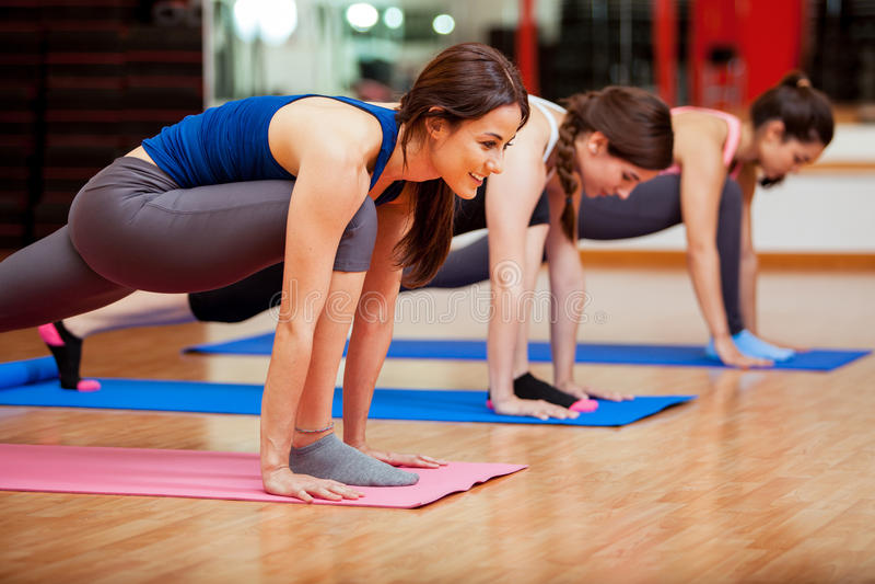 Giovani donne sveglie che fanno yoga fotografie stock libere da diritti