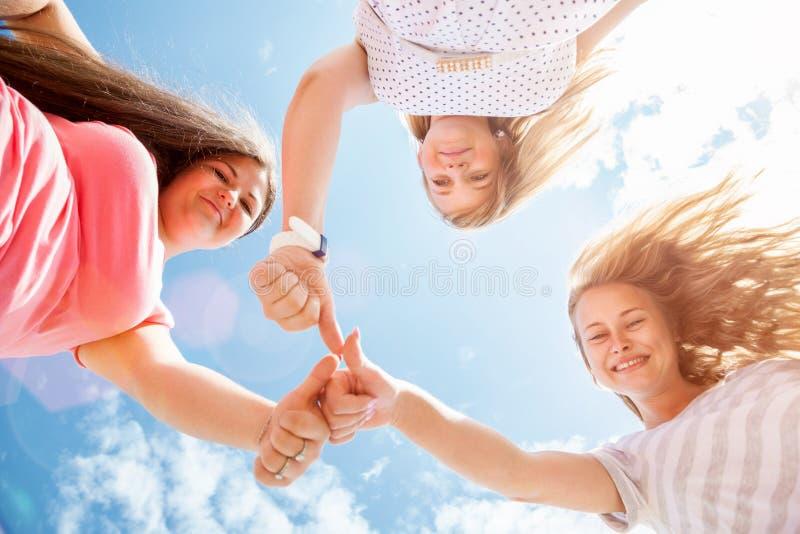 Giovani e oudoors felici degli amici immagine stock libera da diritti