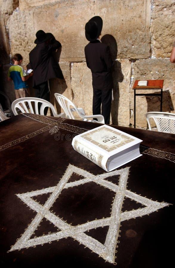 Giovani ebrei alla parete occidentale lamentantesi fotografia stock libera da diritti