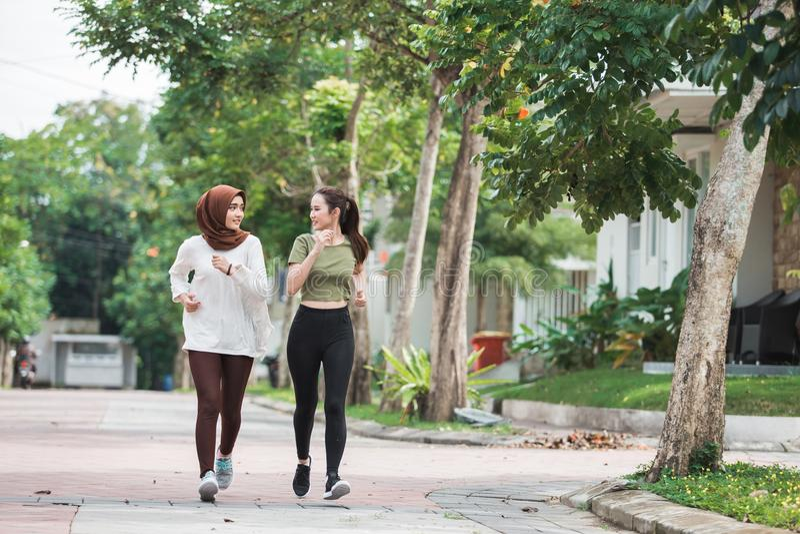 Giovani esercizio e riscaldamento asiatici felici della donna fotografie stock libere da diritti