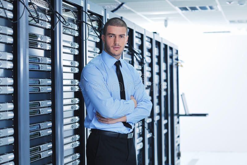 Giovani esso assistente tecnico nella stanza del server del datacenter fotografia stock