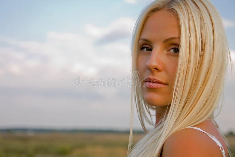 giovani esterni della donna del ritratto immagini stock libere da diritti
