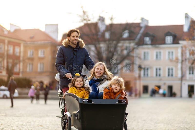 Giovani famiglie in bicicletta da carico fotografie stock