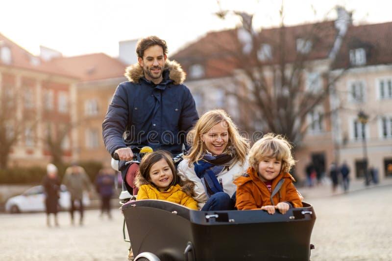 Giovani famiglie in bicicletta da carico fotografia stock