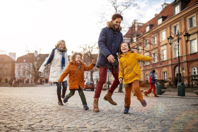 Giovani famiglie che si divertono in una città fotografie stock
