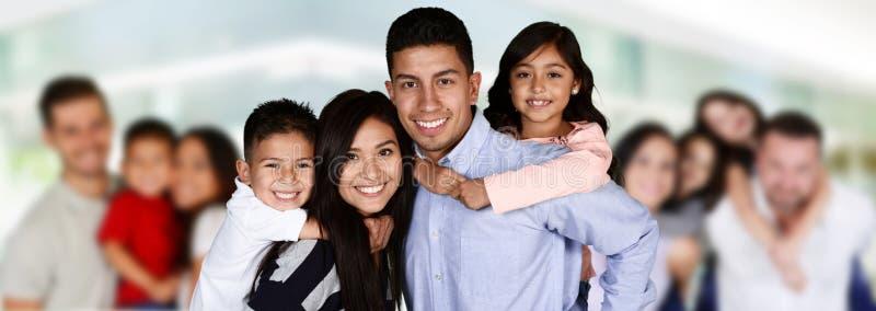 Giovani famiglie felici immagine stock