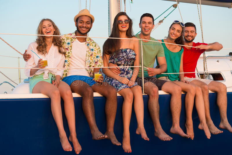 Giovani felici che navigano sull'yacht fotografia stock