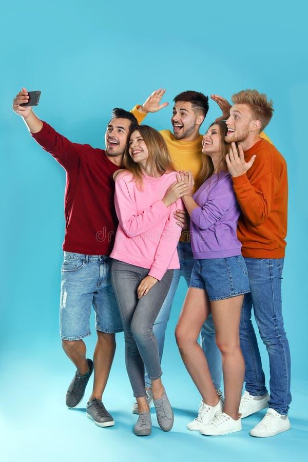 Giovani felici che prendono selfie immagine stock