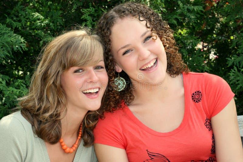 giovani felici delle femmine due fotografia stock