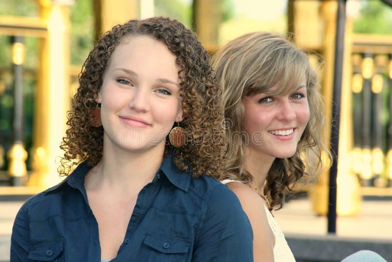 giovani felici delle femmine due fotografia stock libera da diritti