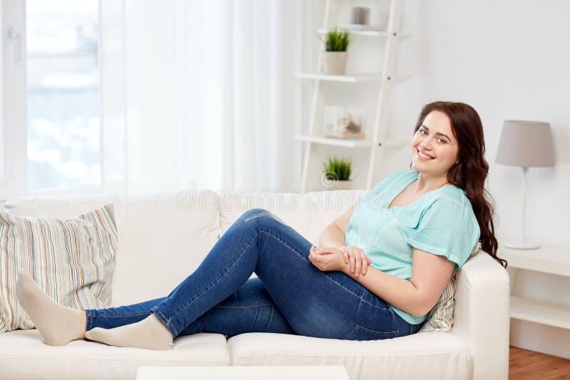 Giovani felici più la donna di dimensione a casa immagini stock libere da diritti