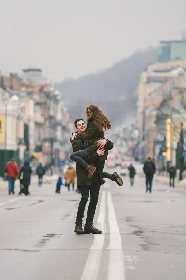 Giovani felici spensierati Giovani studenti caucasici Tipo e ragazza Amore Passeggiata insieme sulla via europea in strada di inv fotografia stock libera da diritti