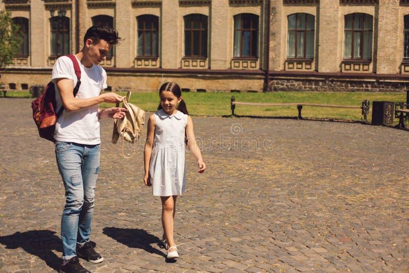 Giovani fratello e sorella felici durante la passeggiata immagine stock libera da diritti