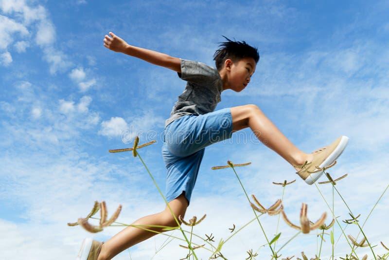 Giovani funzionamento e salto del ragazzo fotografia stock libera da diritti