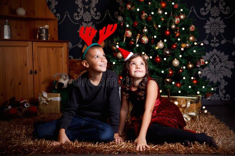 Giovani gemelli svegli al Natale immagine stock libera da diritti