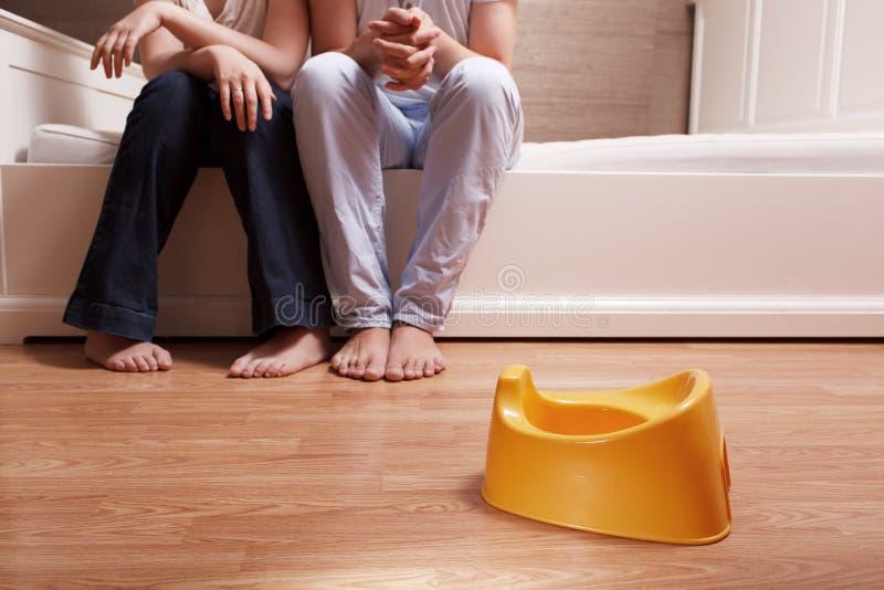 Giovani genitori ed il vaso 2 dei bambini immagini stock libere da diritti