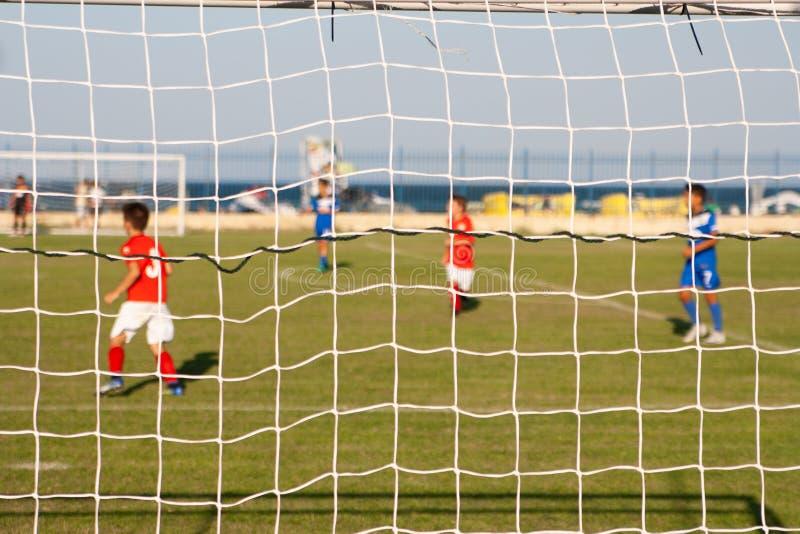 Giovani giocatori di football americano sul campo vicino al Mar Nero immagini stock libere da diritti