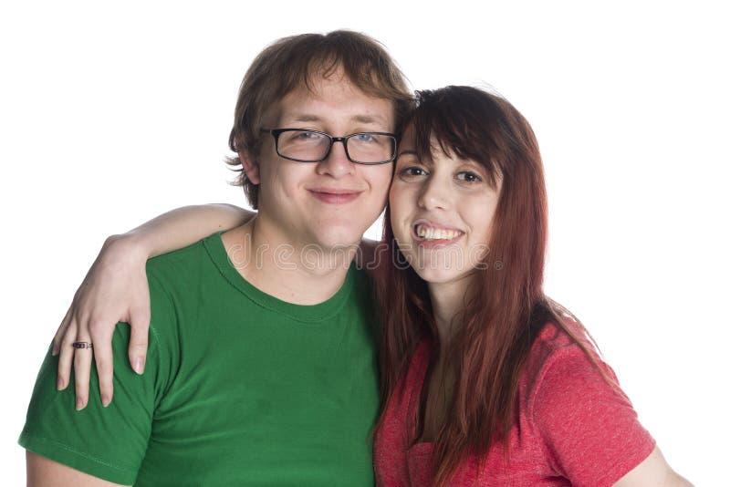 Giovani innamorati sorridenti che esaminano la macchina fotografica fotografia stock libera da diritti