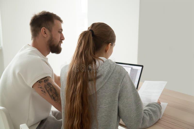 Giovani lettere serie della lettura delle coppie che analizzano i documenti cartacei fotografia stock libera da diritti