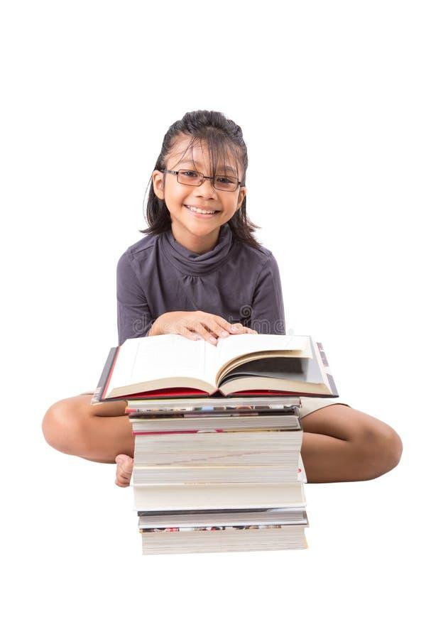 Giovani libri di lettura asiatici della ragazza V fotografia stock libera da diritti