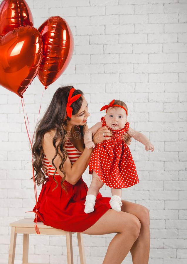 Giovani madre felice e figlia della famiglia che posano nello studio fotografie stock libere da diritti