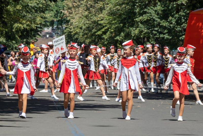 Giovani majorette che sfoggiano al festival di Sokol nelle vie o fotografia stock
