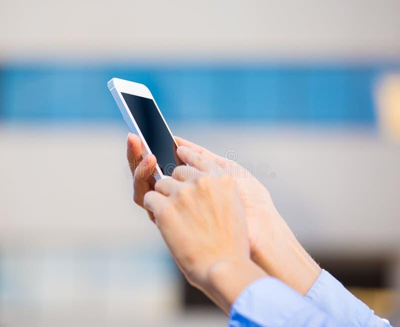 Giovani mani femminili del primo piano facendo uso di, tenendo Smart Phone immagini stock libere da diritti