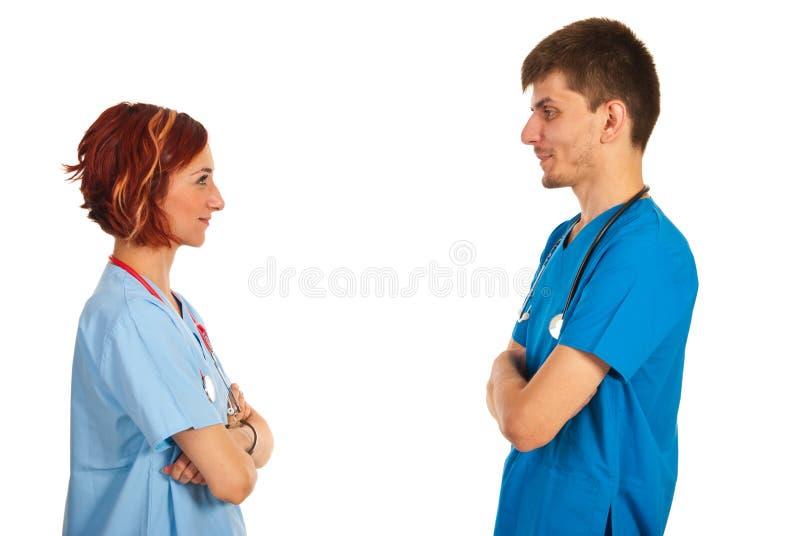 Giovani medici che hanno conversazione fotografie stock libere da diritti