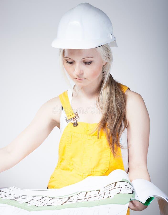 Giovani modelli della lettura del muratore della donna for Costruttore blueprint gratuito