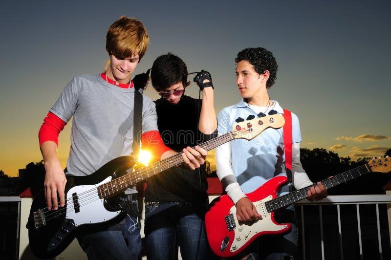 Giovani musicisti che propongono con gli strumenti immagini stock libere da diritti