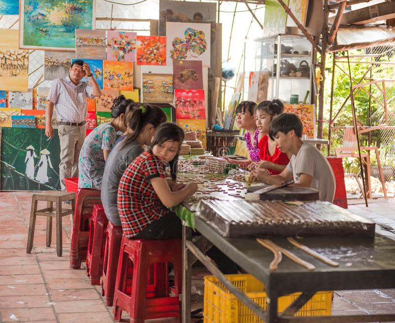 Giovani operai in una fabbrica vietnamita di Candy fotografie stock