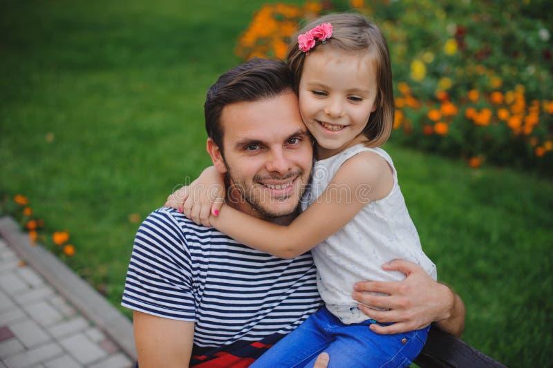 Giovani padre felice e figlia sorridenti che giocano nel parco fotografie stock libere da diritti