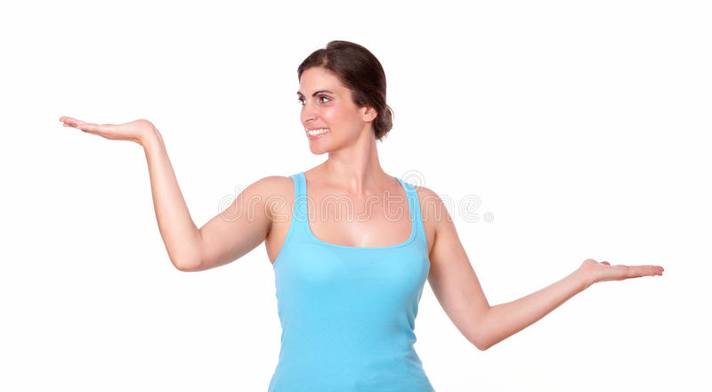 Giovani palme sportive della tenuta della donna fuori fotografia stock libera da diritti