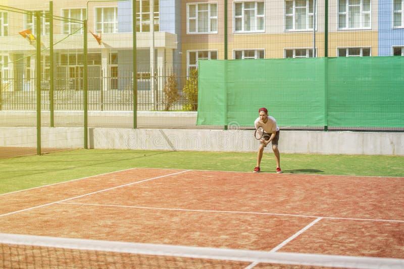 Giovani pantaloni a vita bassa sulla corte il tennis casuale immagine stock