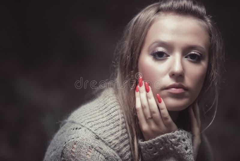 giovani pensive della donna del ritratto fotografia stock