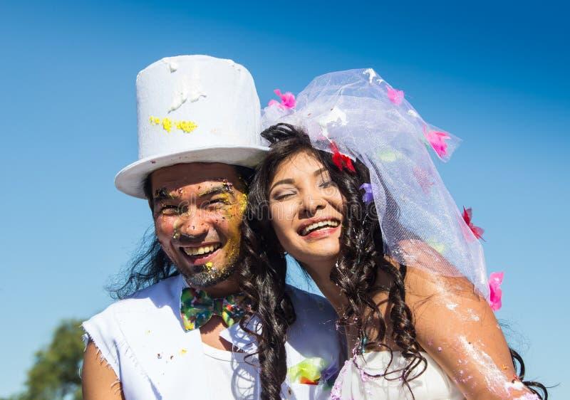 Giovani persone appena sposate che godono insieme del momento romantico immagini stock libere da diritti