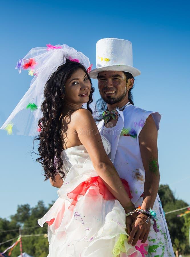 Giovani persone appena sposate che godono insieme del momento romantico immagini stock