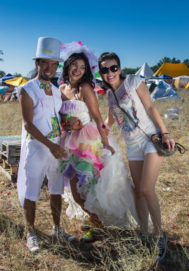 Giovani persone appena sposate che godono insieme del momento romantico fotografia stock libera da diritti